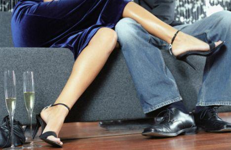 Onu kışkırtın!  • Yüksek topuklu bir ayakkabı giyin ve ayağınızın teki ile diğer bacağınızı okşayın. Ama bunu farkında değilmiş gibi yapın.  •  Giydiği pantolonu belli belirsiz elleyin ve iyi durdukları kadar, kumaşının da ele güzel gelen bir dokusu olduğunu söyleyin. Sonra da gözlerine imalı bakın.  • Göbeğinizi açıkta bırakan bir tişört giydiğinizde, üst raflardan bir şey almak için uzanabildiğiniz kadar uzanın.